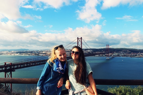 My z widokiem na Lizbonę oraz rzekę Tag obok mostu 25 de Abril