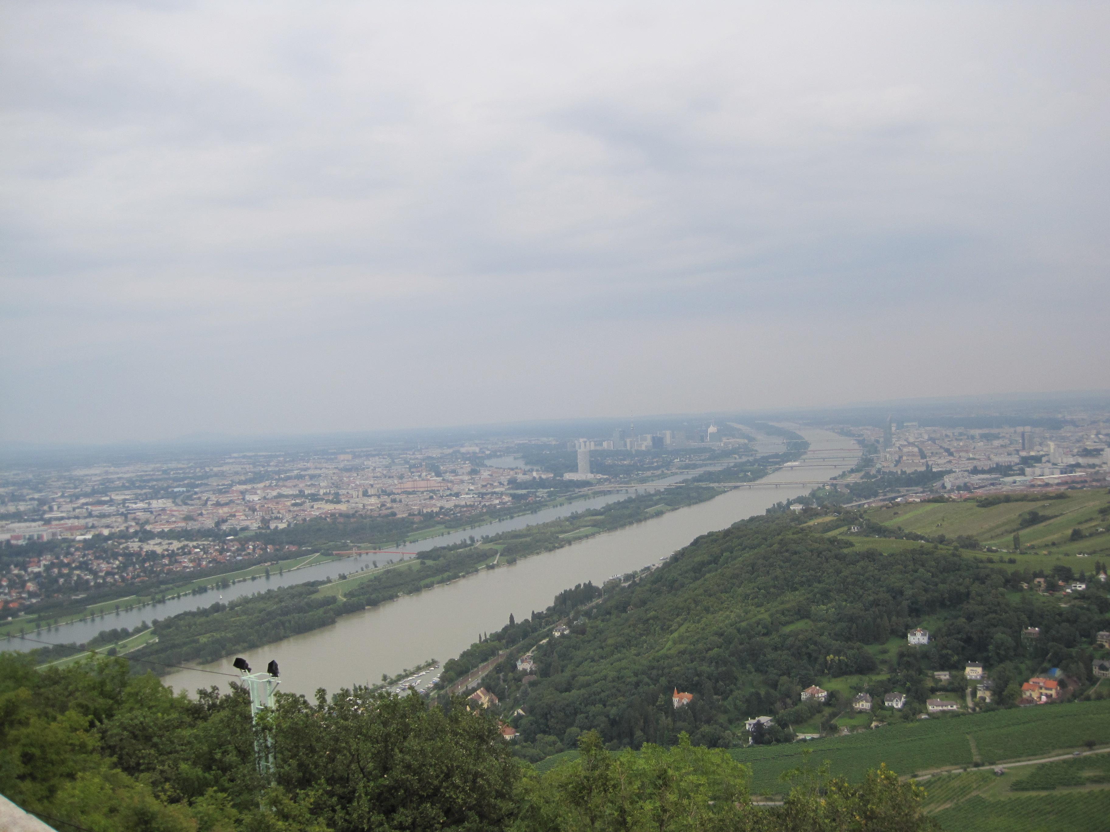 Widok na piękny Dunaj ze wzgórza Kahlenberg