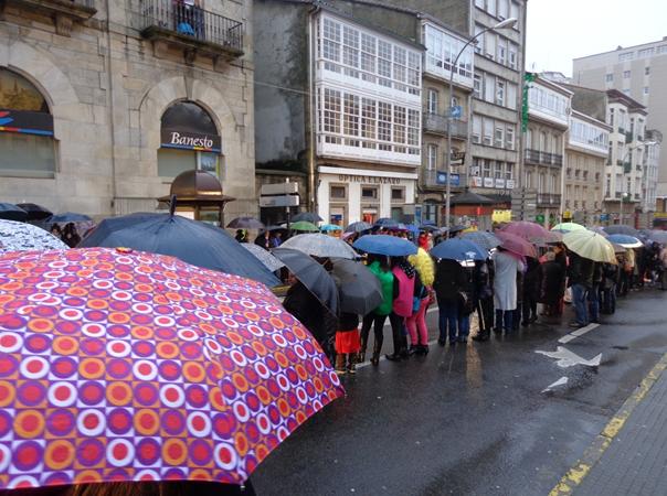 Uliczna parada pod osłoną deszczu