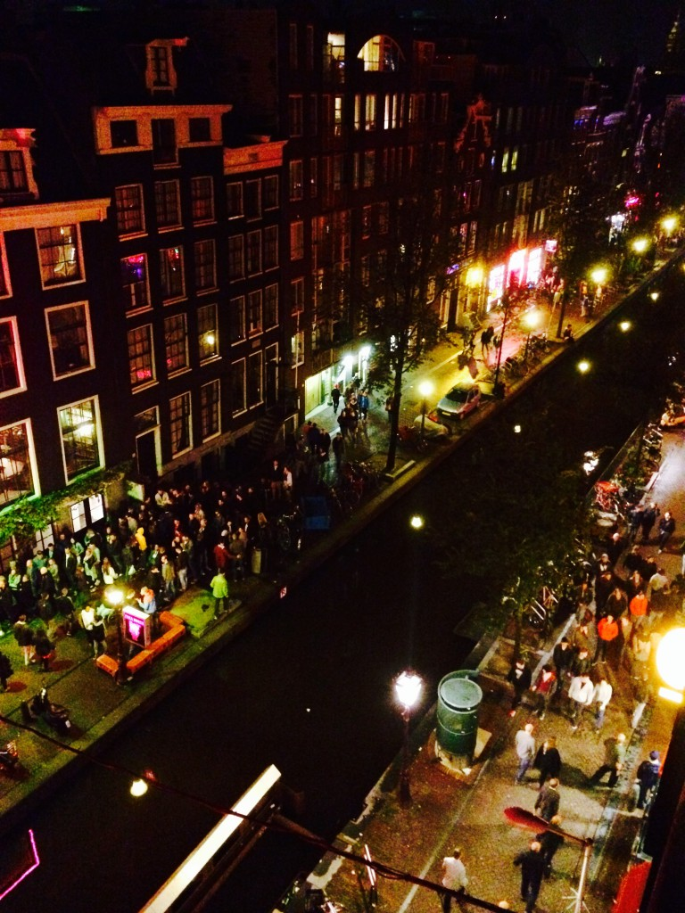 Przepełnione turystami serce miasta – dzielnica czerwonych latarni nocą, widok z jednego z dachów Fot. autor