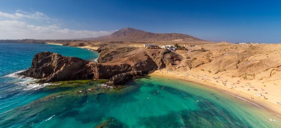 Jedna z najbardziej znanych plaż Lanzarote – Papagayo Źródło: czescwyspykanaryjskie.pl
