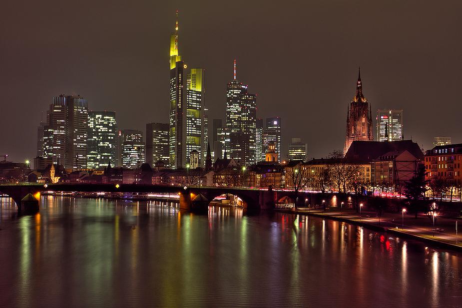 Frankfurt nocą, źródło: http://home.meinestadt.de/frankfurt-am-main
