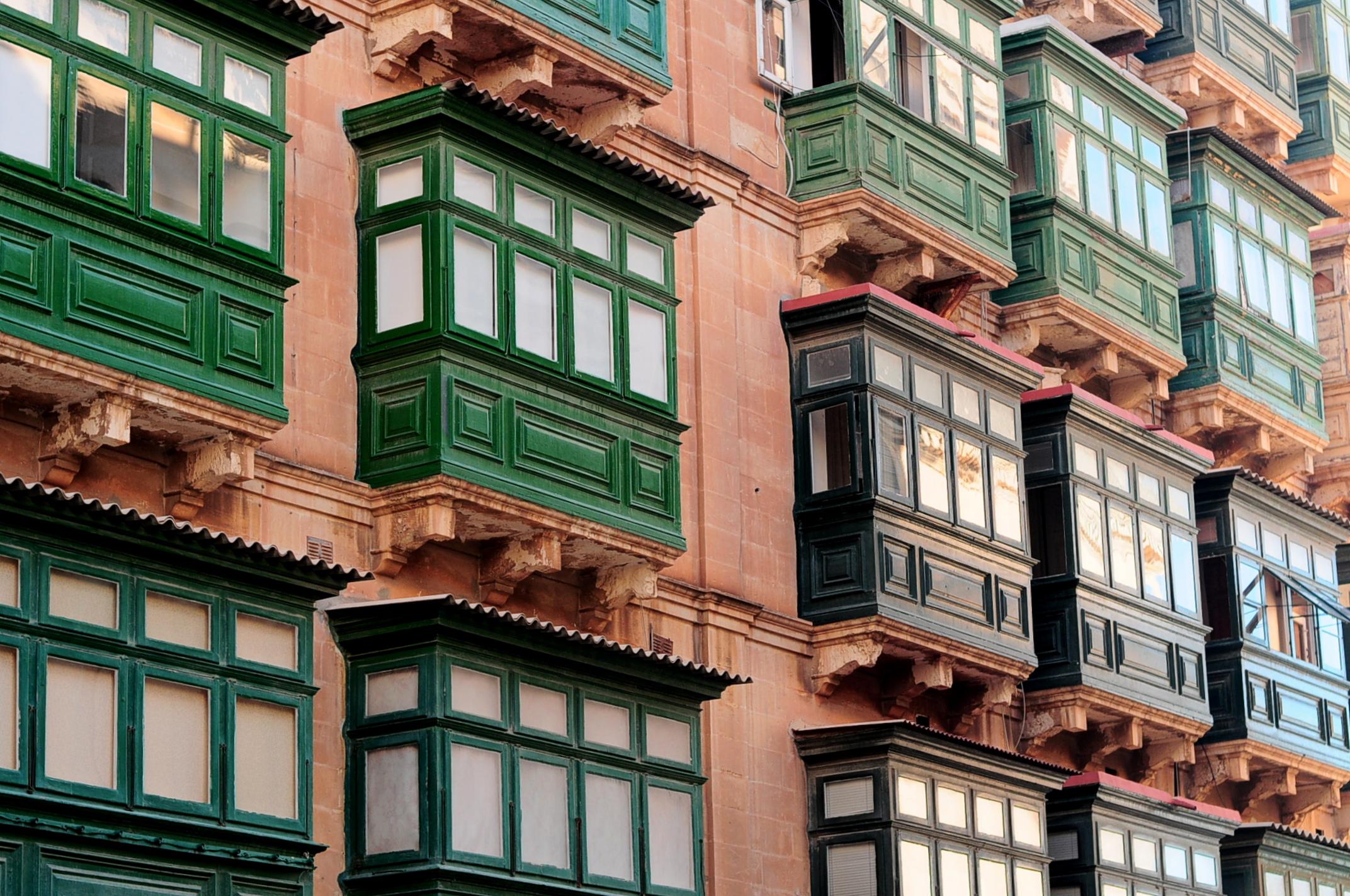 Charakterystyczne kolorowe balkony w stolicy Malty źródło: www.instagram.com/kacpertroc