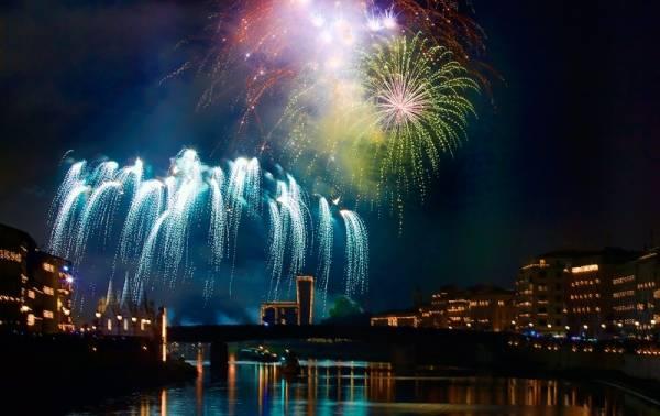 Obchody Luminary, źródło: http://www.bebdadebora-pisa.it/Luminara-di-San-Ranieri-2017.htm